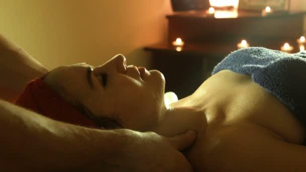 Člověk dělá masáž ve wellness salonu