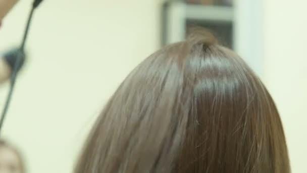 A fodrász kiszárad a haj