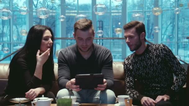 tři přátelé mluví v hotelu