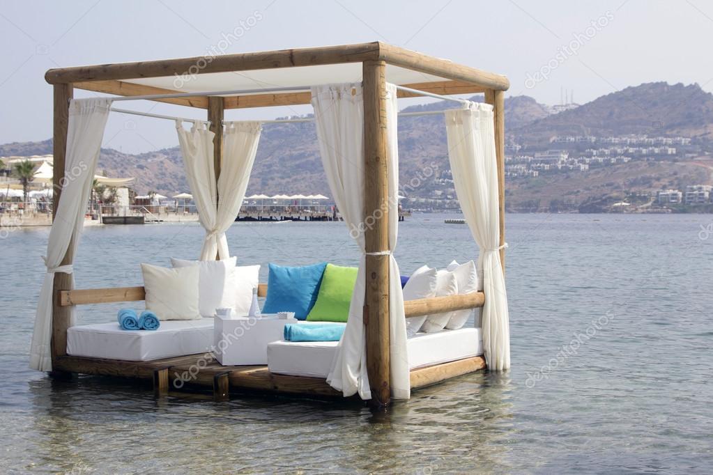 Pergola witte kussens en gordijnen in de zee romantische — Stockfoto ...