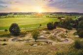 Sonnenuntergang am Pumptrack mit Golfplatz im Hintergrund, Germering, Deutschland