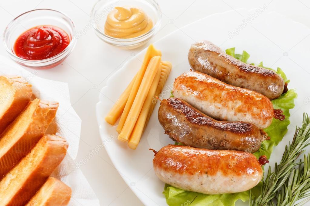 Gebraden Rundvlees Of Kip Worst Op Een Plaat Stockfoto