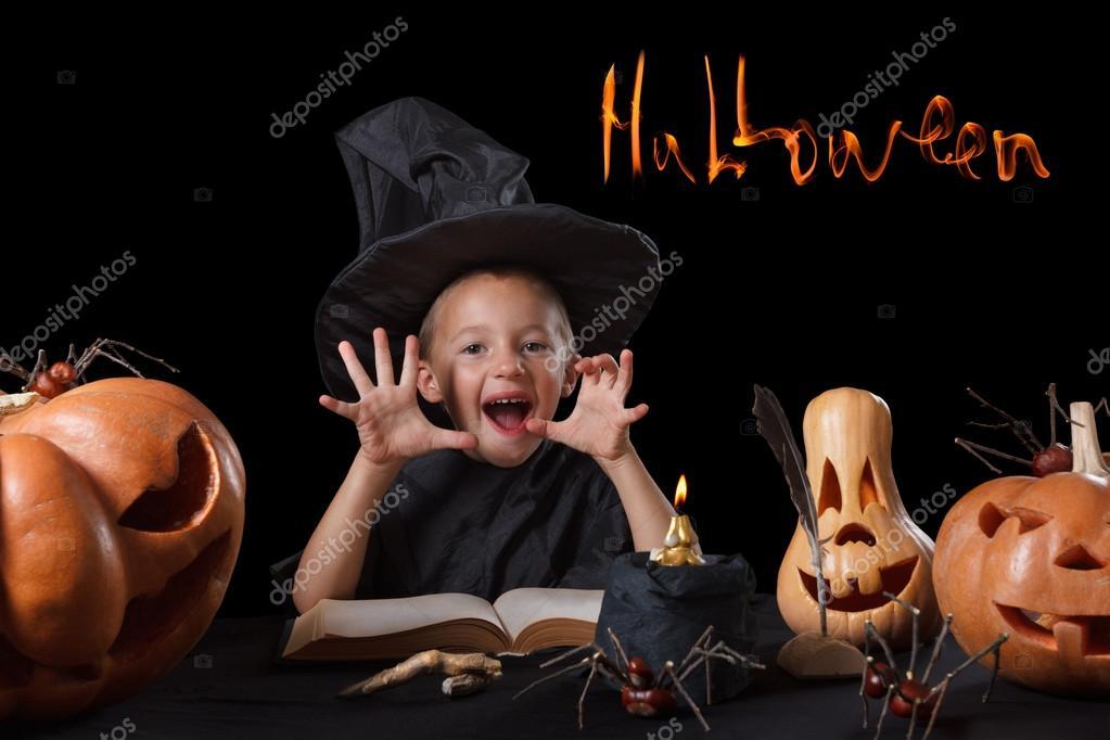 Bambino E Spettrale Zucca Di Halloween Con Il Libro Magico, Candela, Ragno  Isolato Su Priorità Bassa Nera U2014 Foto Di BravissimoS