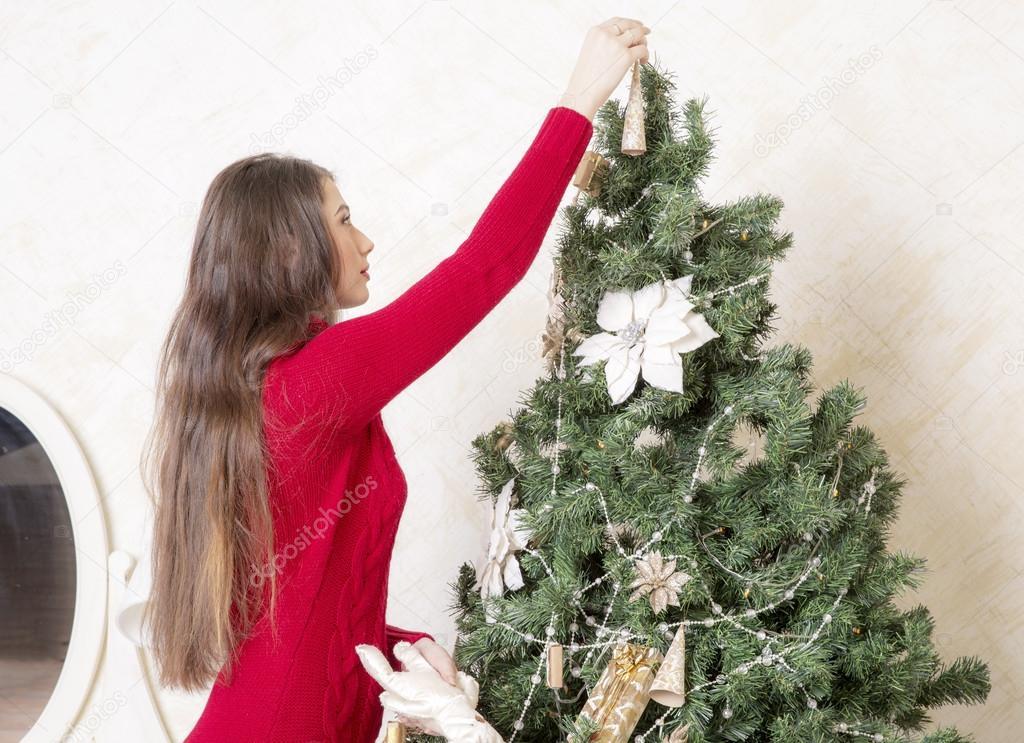 c1f905336c2 Dívka v červené vlny svetr šaty se vánoční stromeček — Fotografie od  NadezhdaAbramian