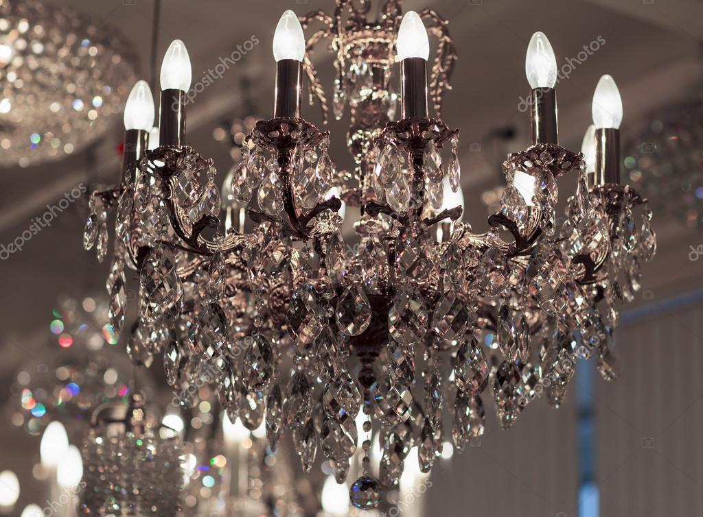 Lampadario Rosa Cristallo : Lampadario in ottone con cristallo u foto stock nadezhdaabramian