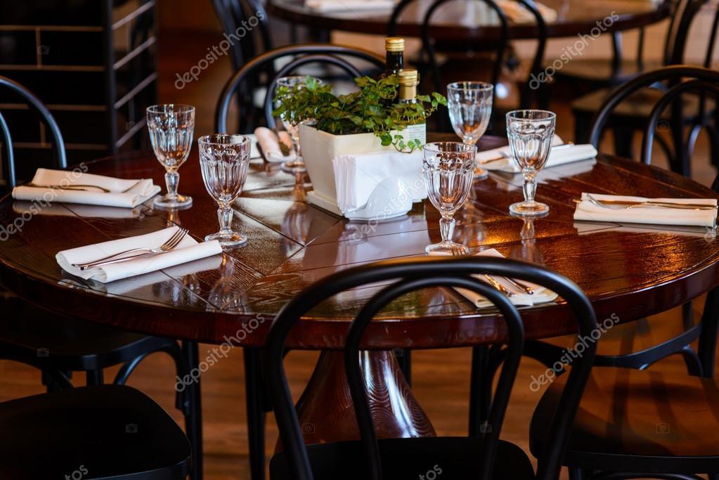 Houten ronde tafel geserveerd voor het diner in het restaurant