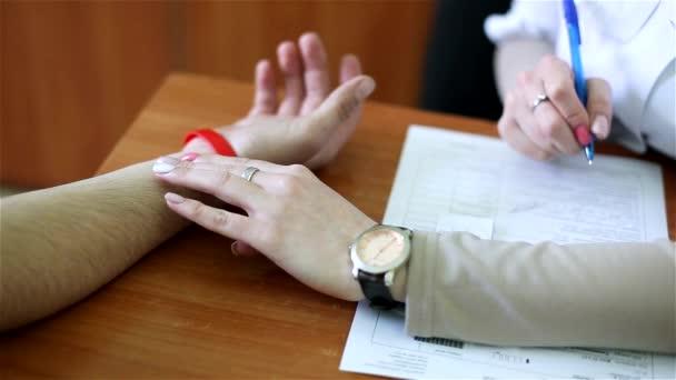 Měření tepové frekvence: lékař měří tlak pacienta