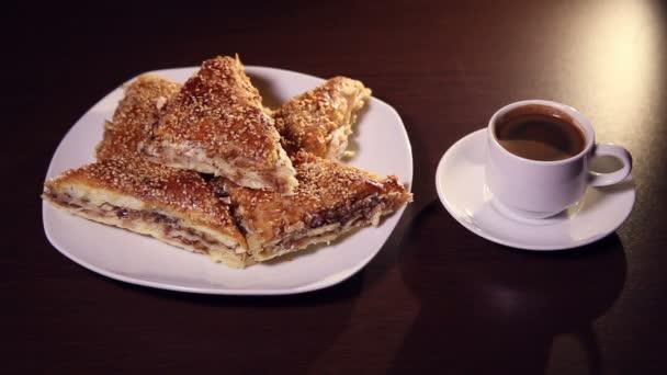 Šálek kávy a sušenku pečivo na stole. Pohled shora
