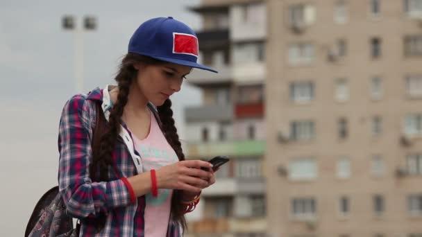 Dívka s chytrým telefonem