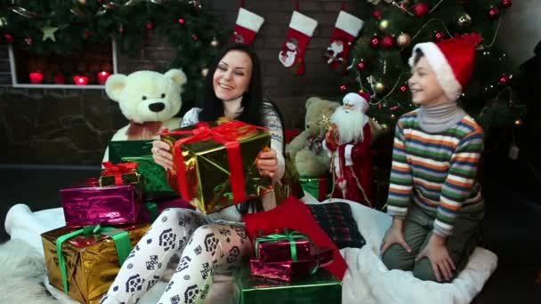 Neues Jahr. Weihnachten. Mutter und Sohn in der Nähe von Weihnachtsbaum und Kamin. Gemütliches Haus, weihnachtliche Stimmung
