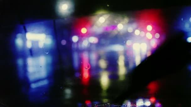 kapky deště s pouliční barevnými semafory v noci rozostření bokeh abstraktní pozadí vinobraní barevný tón, Cool chlad mokré deštivé sezóně koncept