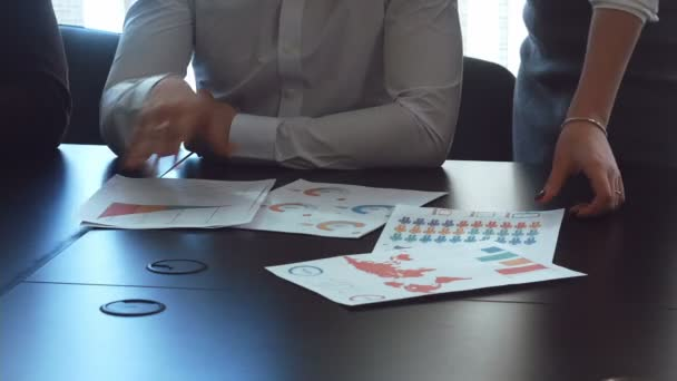 Ruce práce s dokumenty, finanční.
