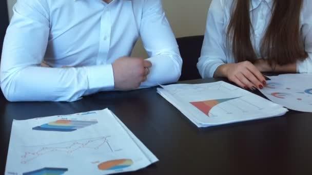 Hände arbeiten mit Finanzdokumenten.