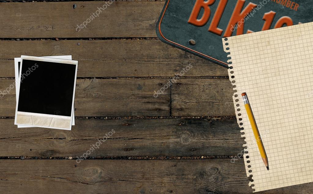 Foto instantánea y placa vieja mesa de madera — Foto de stock ...