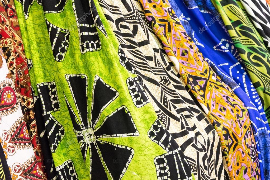 taglia 40 63bd9 7e67c Molti foulard colorati pronti a essere vendere — Foto Stock ...