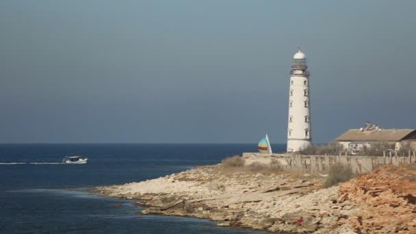 Segelregatta auf dem Hintergrund des Leuchtturms