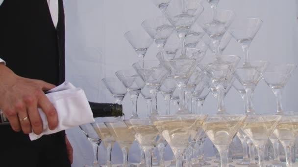 Pyramida sklenic šampaňského