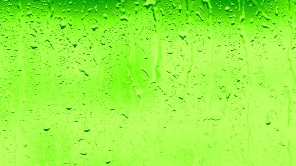 goccia di acqua corre lungo la superficie di vetro