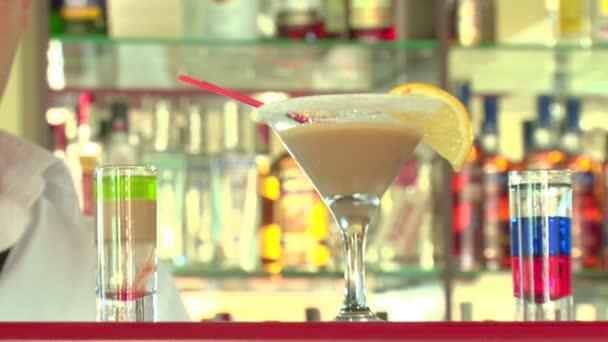 Barmann bereitet feurige Cocktails zu
