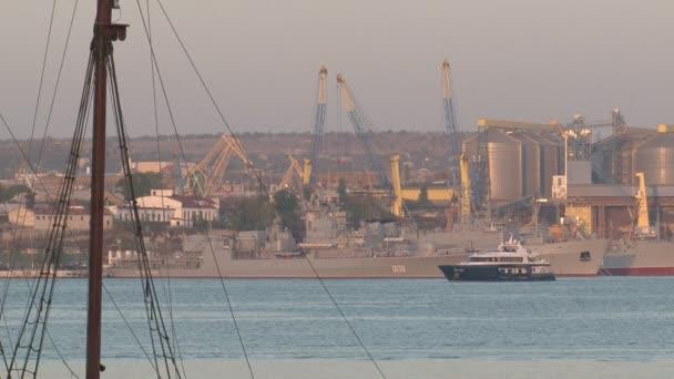 pohled na přístavní infrastruktury a lůžka s loděmi