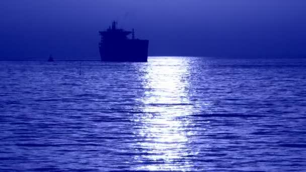silueta nákladní loď v pozadí moonlight