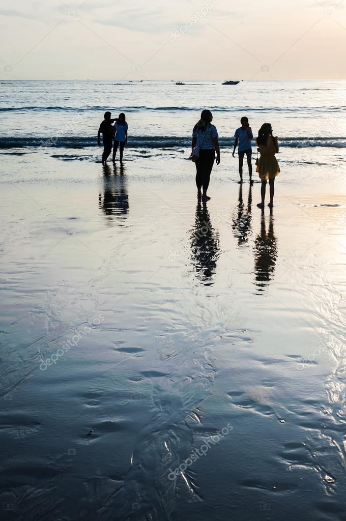 De junio de 2015 en Pathong beach, Phuket Tailandia, el relax de la gente  de color azul brillante — Foto de jimbophoto ae486a2130