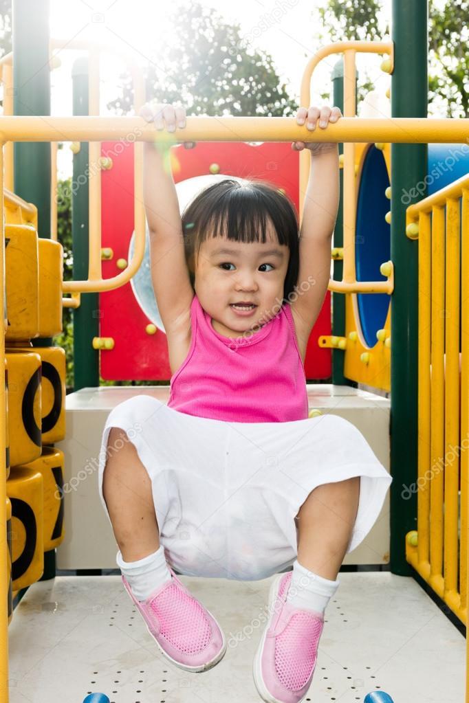 Asiatische Mädchen hocken
