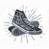 Fotografia Distintivo di viaggio ispiratore disegnato a mano con scarpe da ginnastica
