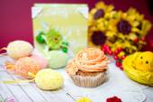 Fotografie Close up image on set of cake, colorful eggs and gift decorations