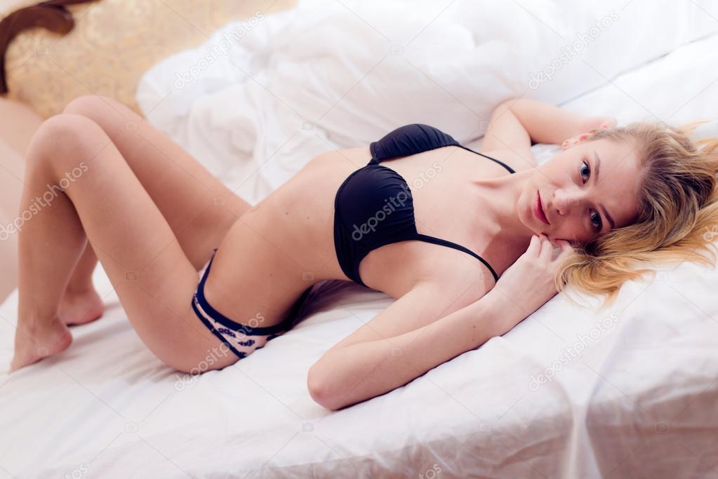 74e57fa50afe Mujer rubia en ropa interior en cama blanca — Fotos de Stock ...
