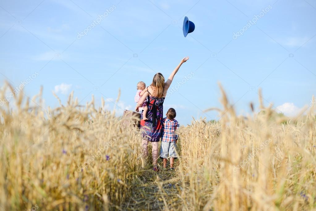 Фото в поле детей