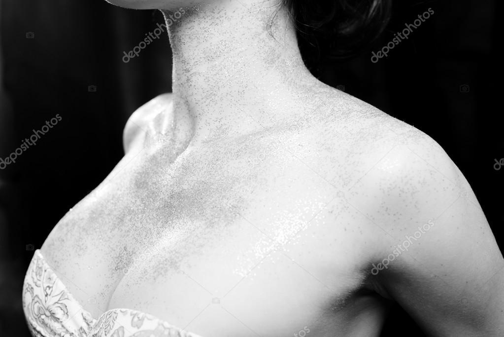 Closeup weibliche Brüste und nackte Schultern in glänzender Make-up ...