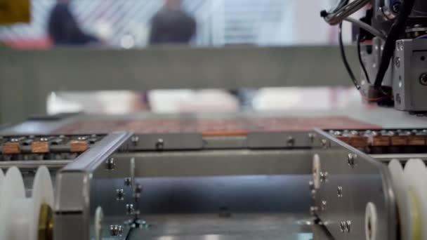 Výroba elektrických komponentů a mikroobvodů.