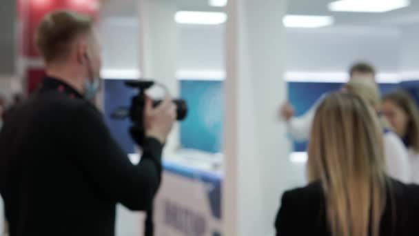 Rozostřené video novinářů v práci.