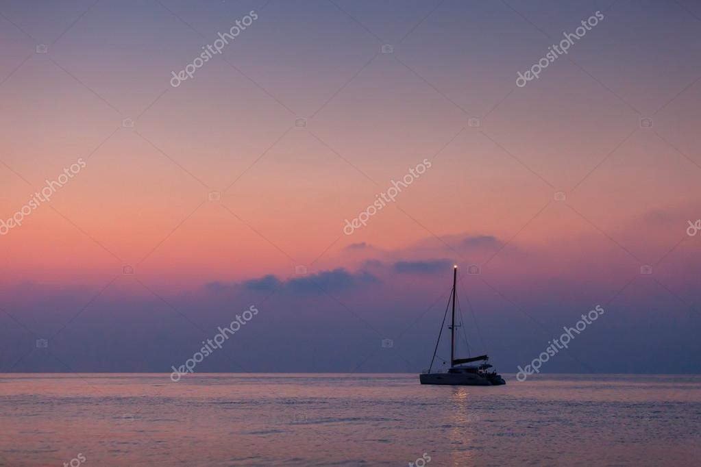 Splendido Catamarano A Vela Sullo Sfondo Dellalba Sul Mare Foto