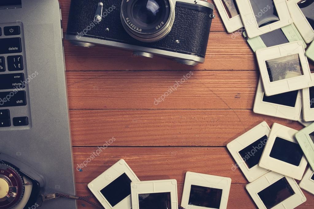Zusammensetzung der alten Foto-Kamera, Laptop und Foto-Folien ...