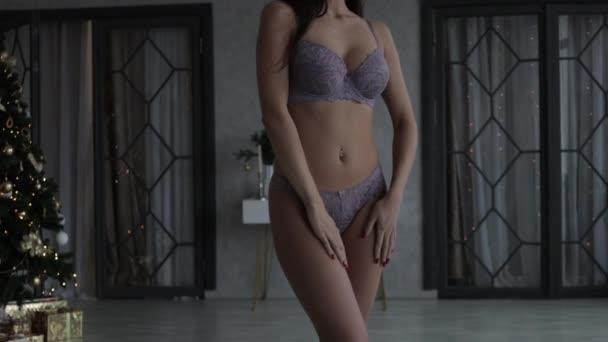 Krásná mladá dívka ukazuje její prsa
