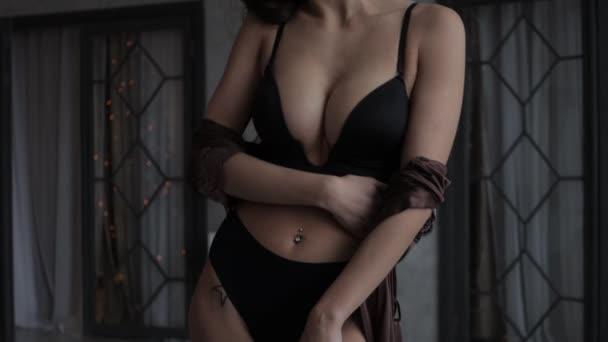 Sexy mladá žena ve spodním prádle a BDSM límec a maska v klasickém pokoji