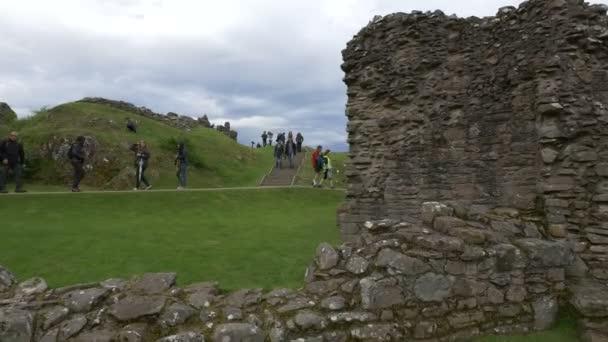 Lidé navštěvující ruiny