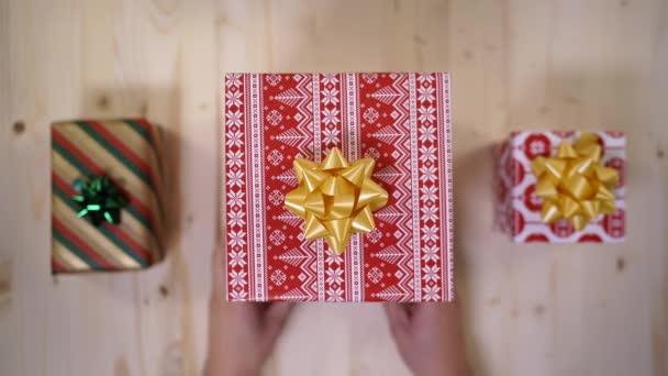 Ruce držící dárkovou krabici