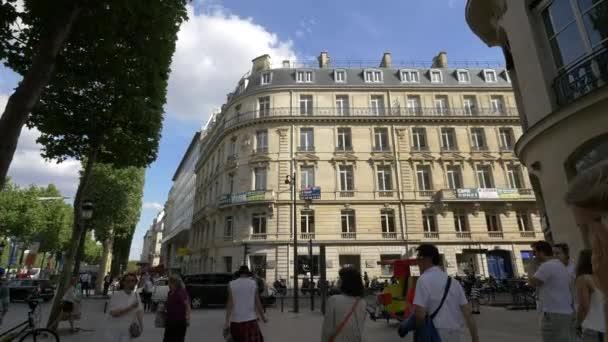 Rue Pierre Charron kříž na Champs-Elysees