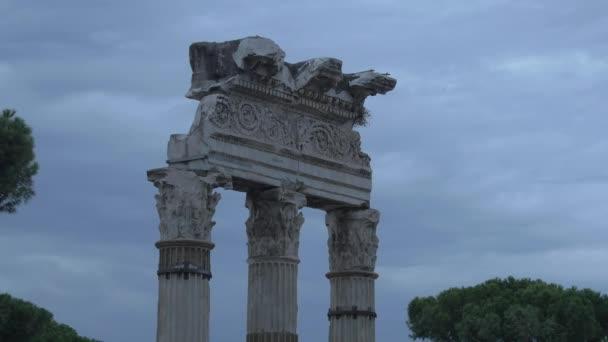 Zničené sloupky na Trajan Forum v Římě