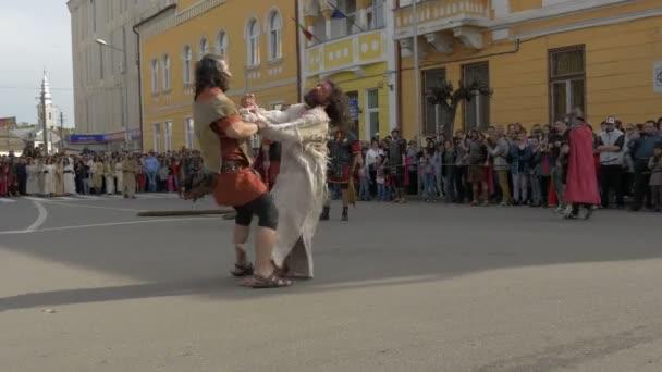Vojáci bičují Ježíše, nutí ho nést kříž