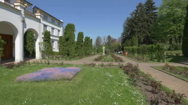 Alleys and the main building of the Botanical Garden