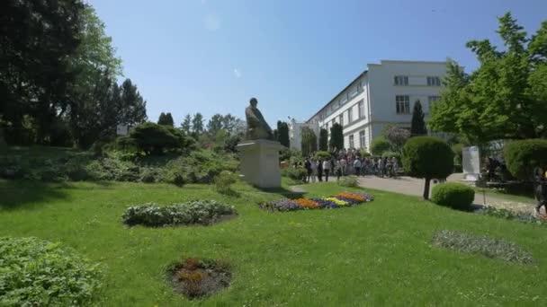 Tourists at the Botanical Garden