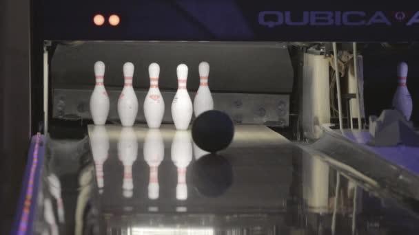 bowlingové koule zasáhla kolíky