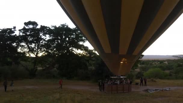 Letecký pohled na horkovzdušný balón a lidi