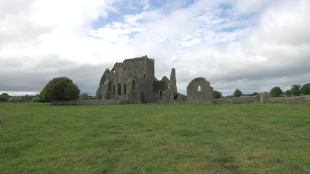 Kamenné zříceniny středověkého kláštera