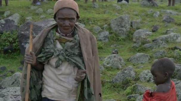 Alte Afrikanerin mit Stock