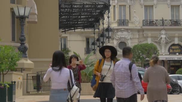 Turisté na Place du Casino, Monako